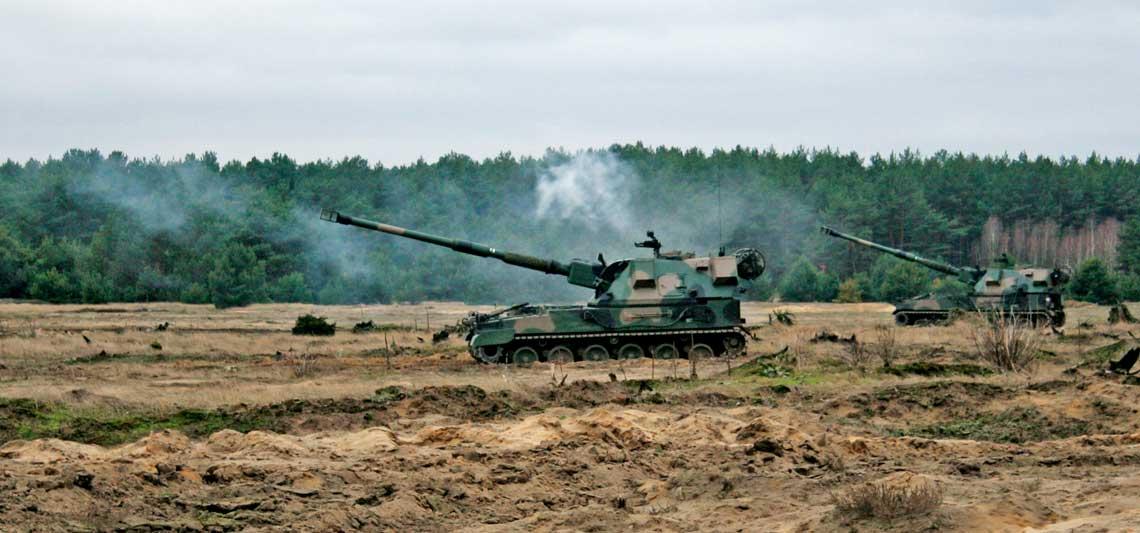 Polonizacja amunicji 155mm. W grudniu ubiegłego roku obsługi 155 mm armatohaubic samobieżnych Krab po raz pierwszy wykorzystały wbieżących zadaniach szkoleniowych amunicję dostarczoną przez Zakłady Metalowe DEZAMET S.A.  Jej dostawy trwają ipozwalają nie tylko na prowadzenie cyklicznego szkolenia, ale także tworzenie zapasów.