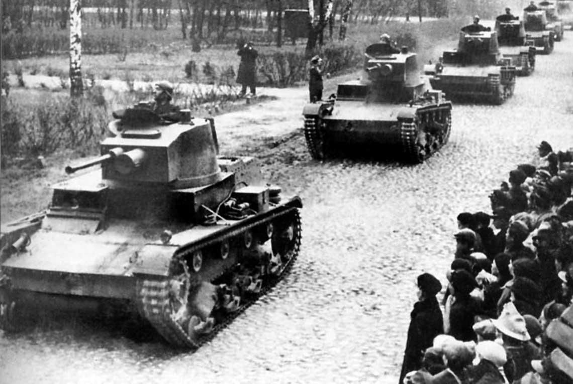 Polska broń pancerna wwojnie obronnej 1939 r. Kolumna polskich czołgów lekkich 7TP w marszu.