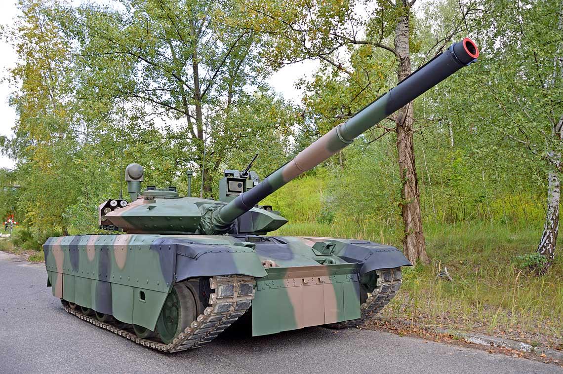 Demonstrator czołgu podstawowego PT-17 stanowi dalszy rozwój koncepcji zapoczątkowanej przez, zaprezentowany w ubiegłym roku, wóz PT-16. Zastosowano w nim jednak więcej gotowych rozwiązań, czyniących propozycję bliższą ewentualnym kontrahentom.