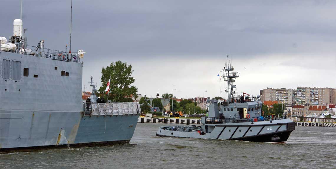 Wspomaganie okrętów, to jedno z zasadniczych zadań holowników. Na zdjęciu H-6 odciąga od nabrzeża portu w Świnoujściu fregatę ORP Gen. K. Pułaski.
