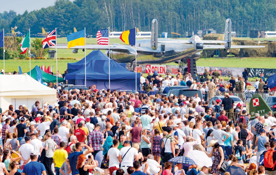 W tegorocznej imprezie wzięli udział lotnicy z 11 państw, którzy w Radomiu pojawili się z ponad 177 statkami powietrznymi – wojskowymi i cywilnymi. Fot. Marcin Bójko/DFV