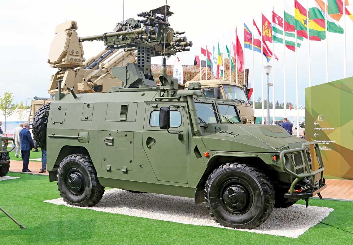 Wóz bojowy drużyny strzelców-przeciwlotników 9A332 na nośniku ASN 233115 Tigr-M SpN. Wyrzutnia jest w położeniu bojowym.