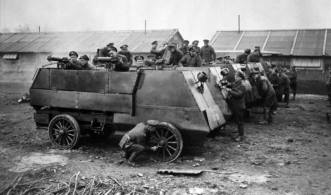 Dziś taki pojazd – którego zadaniem było przewożenie ckm wraz z obsługą – nazwalibyśmy transporterem opancerzonym. W czasie pierwszej wojny światowej był tokanadyjski samochód opancerzony: Armoured Autocar (Autocar to nazwa amerykańskiej firmy samochodowej).