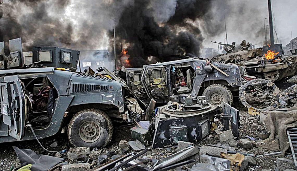 Efekt ataku SVBIED na kilka zaparkowanych irackich HMMWV 15marca 2017r. wMosulu.