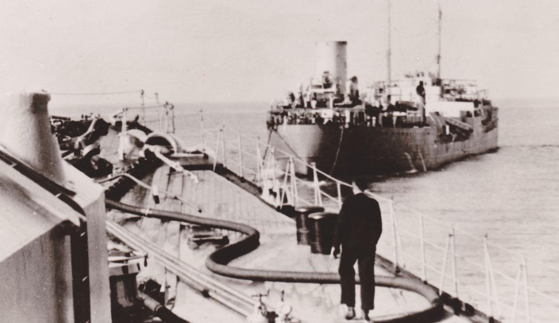 """Esso Hamburg widziany z pokładu krążownika ciężkiego Prinz Eugen 28 maja 1941r. Już kilka dni później statek padł ofiarą brytyjskich atlantyckich """"polowań"""" na nawodne zaopatrzeniowce. Było to możliwe, dzięki zdobyciu szyfrów z U110 i uzyskaniu dodatkowych informacji. Fot. zbiory Andrzeja Danilewicza"""