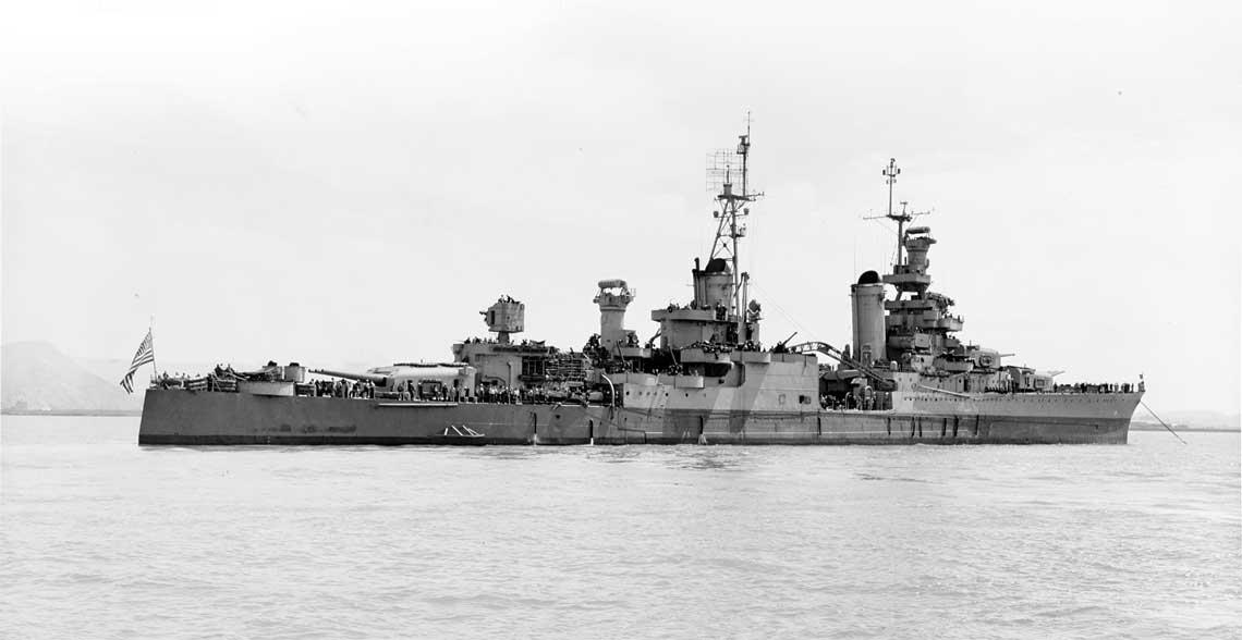 10 lipca 1945 r., krążownik ciężki Indianapolis (CA 35) na wodach u wybrzeży Kalifornii. Dwadzieścia dni później okręt ten spoczął na dnie Morza Filipińskiego, co oznaczało początek jednego z największych dramatów w historii US Navy.