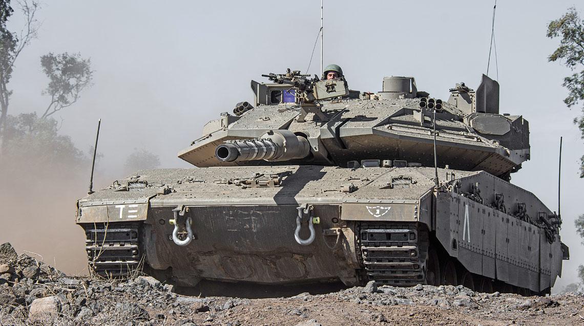 Czołg podstawowy Merkawa Mk 4 Sił Obronnych Izraela z zamontowanym na wieży systemem ochrony aktywnej Rafael Trophy HV APS.
