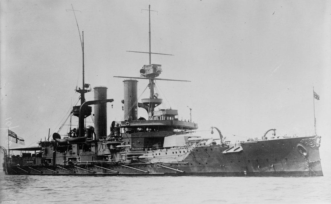 """Budowany oryginalnie dla Chile nieduży okręt liniowy Swiftsure, wraz z bliżniaczym Triumphem, po krótkim okresie przebywania w 3. Flocie Home Fleets (rezerwowej), zostały w 1913 r. wysłane """"na placówki"""" do Indii  i Chin. Nietypowe parametry uzbrojenia okrętów (działa kal. 254 mm) predestynowały je raczej do służby kolonialnej, niż zespołowej  w związkach taktycznych Home Feets. Fot. Library of Congress"""