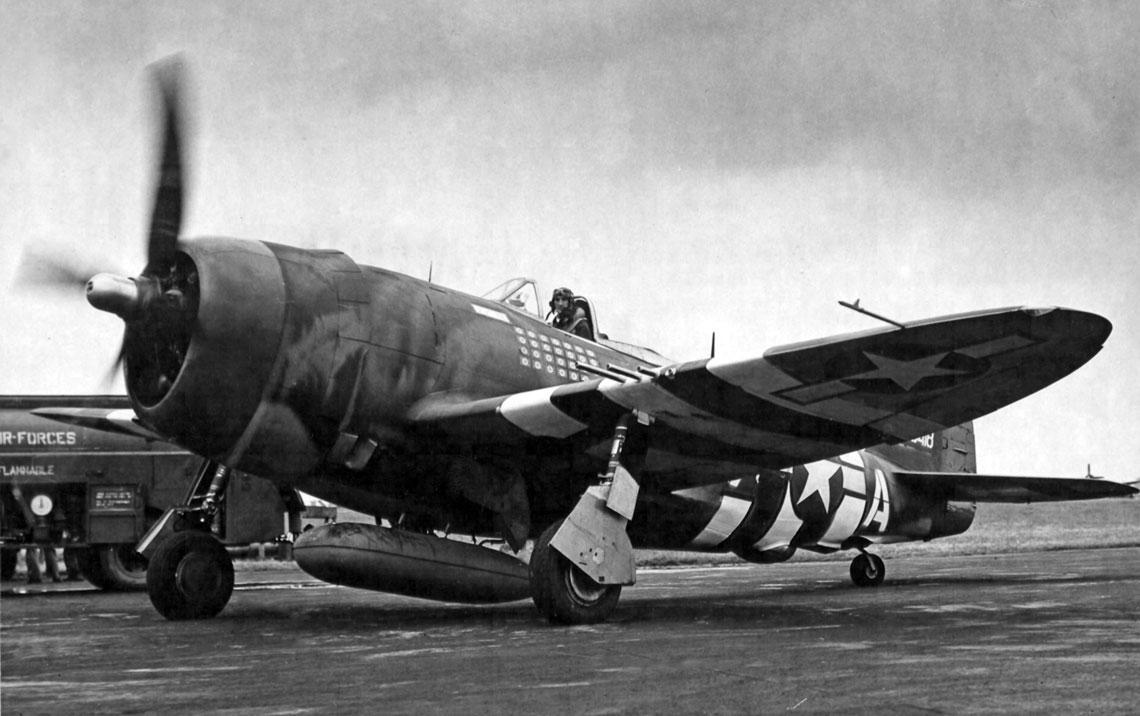 P-47D-25-RE (nr ser. 42-26418) z 61st FS/56th FG, 8thAF, którym latał największy as Thunderboltów – Lt Col Francis S. Gabreski (28 zwycięstw). 20 lipca 1944 r. Gabreski lądował przymusowo tym samolotem, gdy podczas ostrzeliwania niemieckiego lotniska w Bassinheim zawadził śmigłem o ziemię. Resztę wojny spędził w obozie jenieckim.