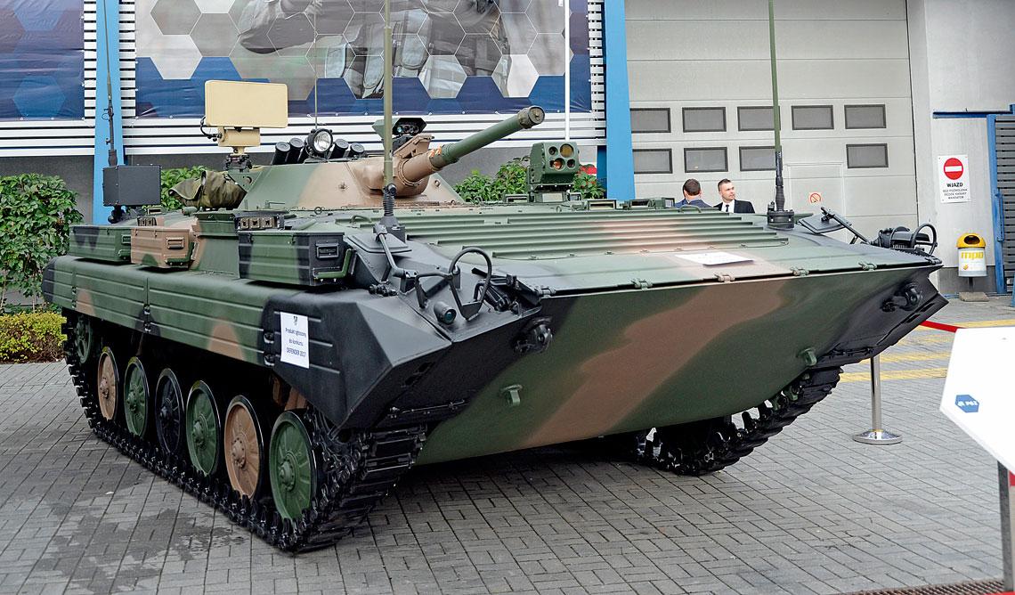 Prototyp zmodernizowanego przez Wojskowe Zakłady Motoryzacyjne S.A. zPoznania bojowego wozu rozpoznawczego BWR-1S.