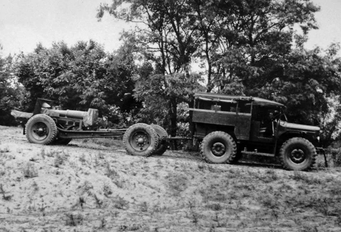 2MTL6 ze 155 mm haubicą wz. 17 na kołach DS. Poza artylerią przeciwlotniczą również artyleria ciężka poszukiwała odpowiadającego jej potrzebom ciągnika kołowego.