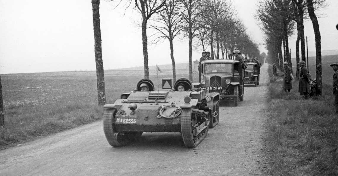 Samochody pancerne, zwiadowcze i transportery opancerzone Polskich Sił Zbrojnych na Zachodzie 1939-1945. Ciągnik Renault UE z 1. Dywizji Grenadierów podczas defilady z okazji święta 3 maja; Francja, 1940 r.