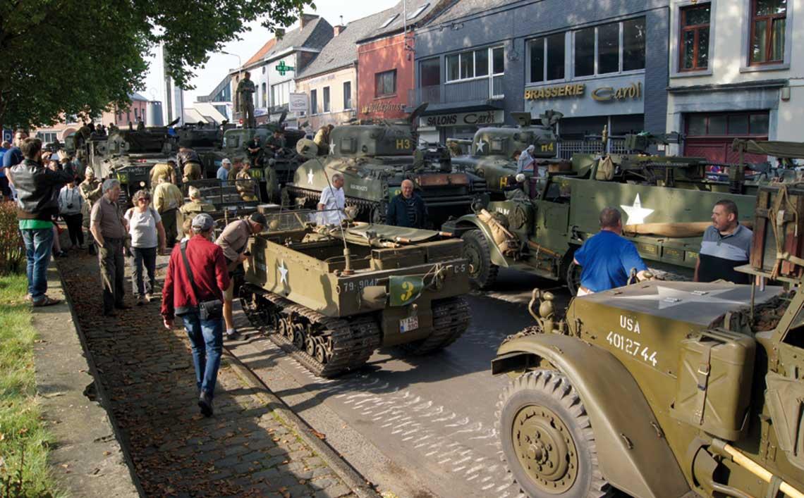 """Krótki postój i dalej w drogę. Jednym z celów """"Tanks in Town"""" jest pokazanie wojskowych pojazdów szerokiej publiczności. Temu służyły postoje w różnych punktach miasta."""
