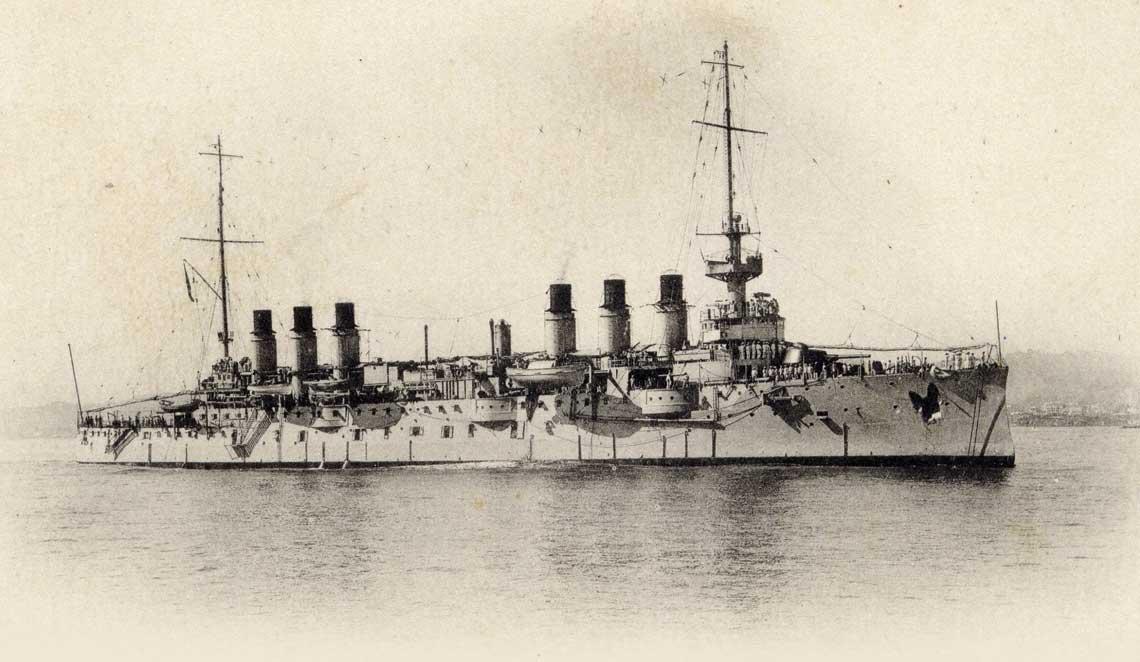 Krążownik pancerny Jeanne d'Arc pod koniec służby jako okręt szkolny (brak dział w dziobowych kazamatach). Fot. J. Geiser
