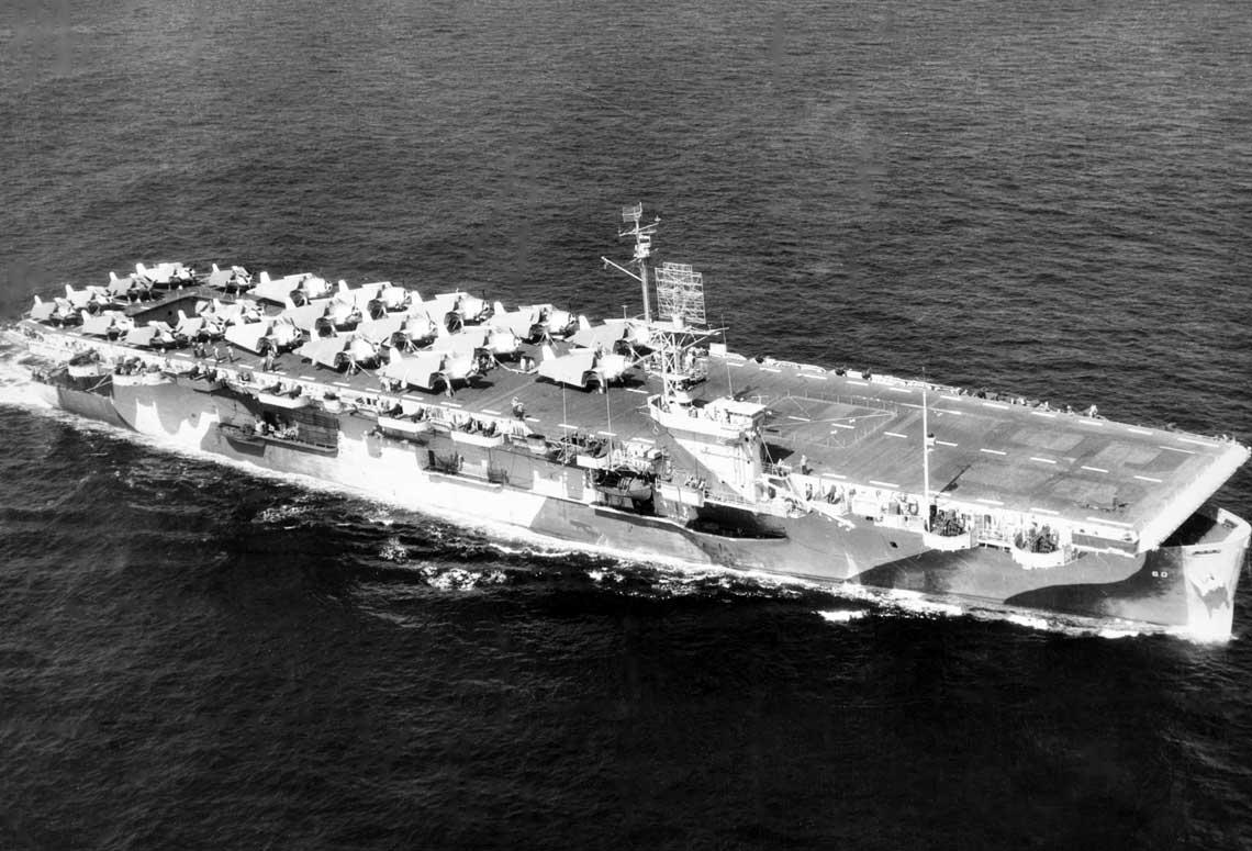 Lotniskowiec eskortowy USS Guadalcanal (CVE-60). Napokładzie 12 Avengerów idziewięć Wildcatów.