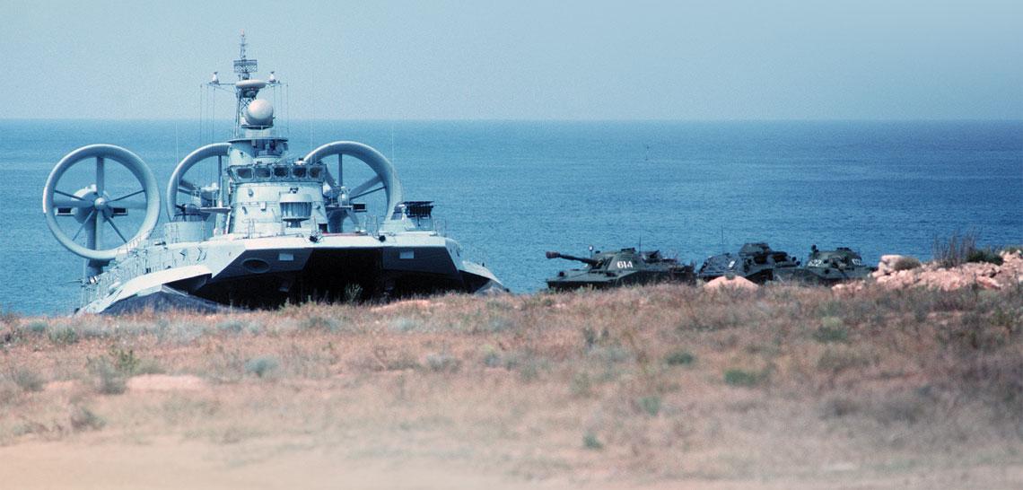 Zubry to największe poduszkowce amfibijne na świecie. Mimo rozmiarów, mogą wchodzić na plażę i wyładować na niej sprzęt. Na zdjęciu MDK-57 w czasie pokazu dla oficerów US Navy desantuje dwa czołgi pływające PT-76 i transporter BTR-60PB.