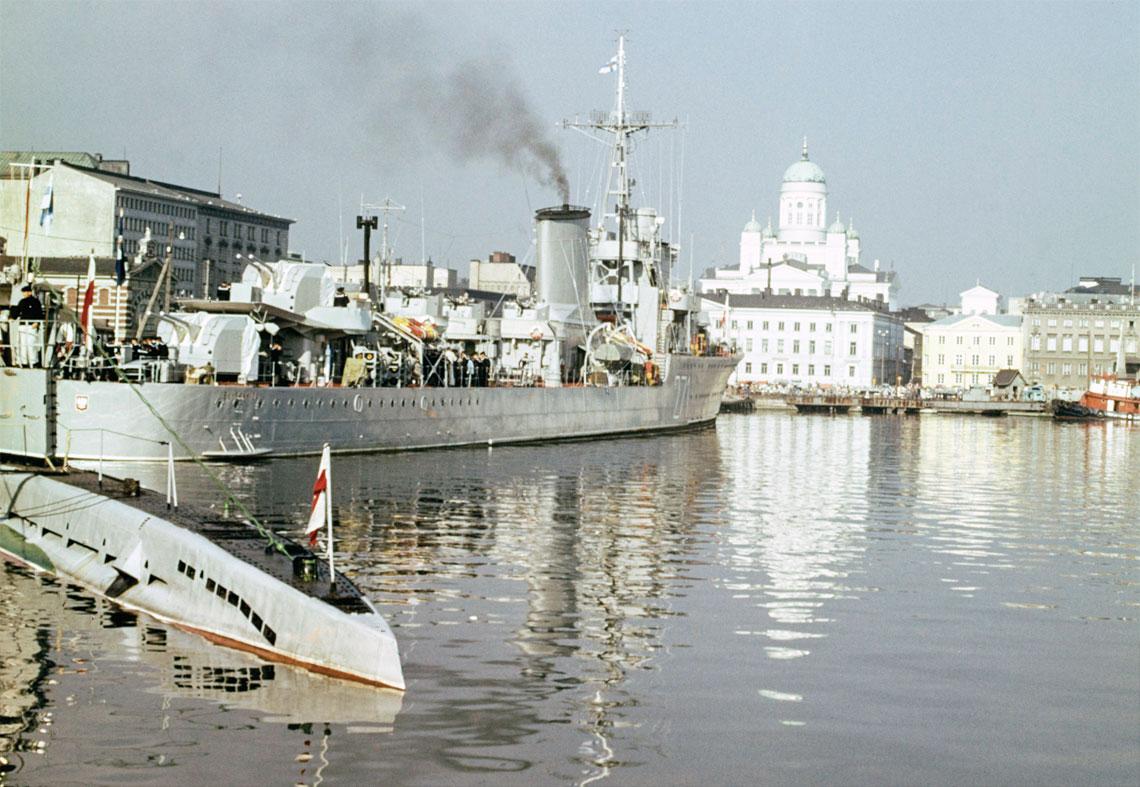 """ORP Błyskawica z wizytą w Helsinkach, wrzesień 1961r. Na zdjęciu widać też rufę jednej z """"malutkich"""", które towarzyszyły niszczycielowi.  Fot. Aarnio Jalmari/Helsinki Kuvia"""