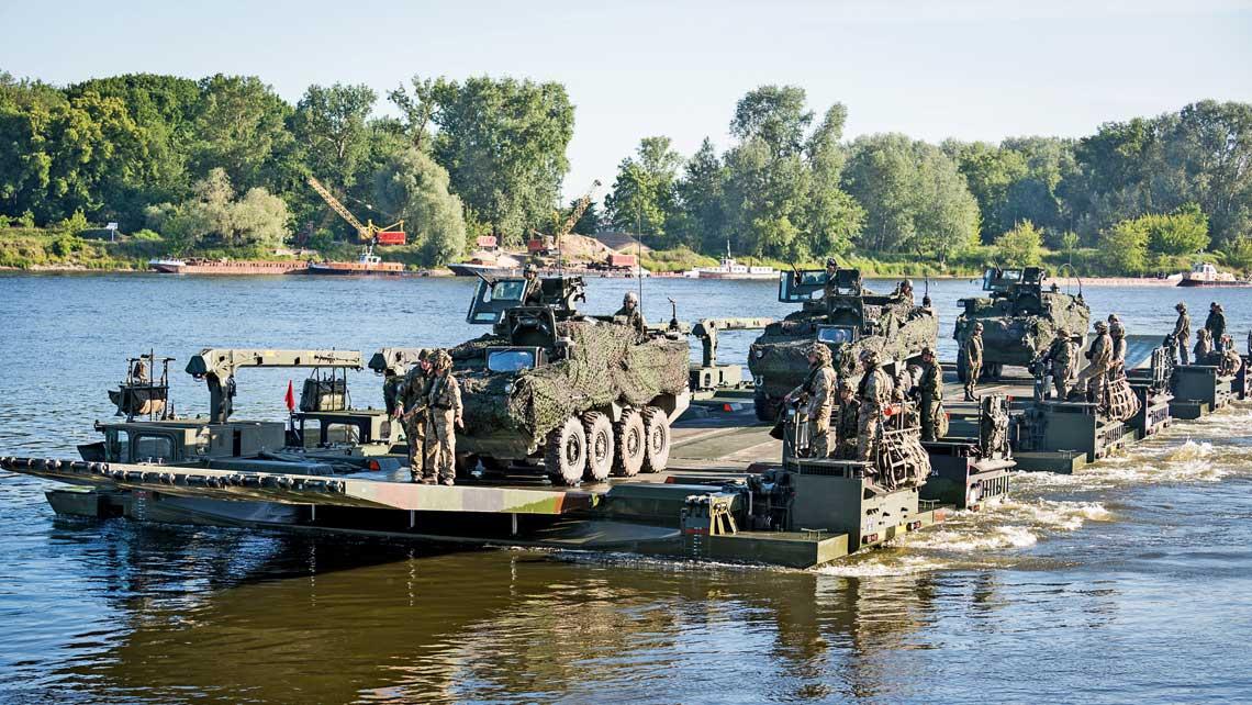 Prom złożony zsześciu amfibii M3 (British Army iBundeswehry) przewożący transportery rozpoznawcze US Army M1127RV Stryker podczas ćwiczeń Anakonda16.