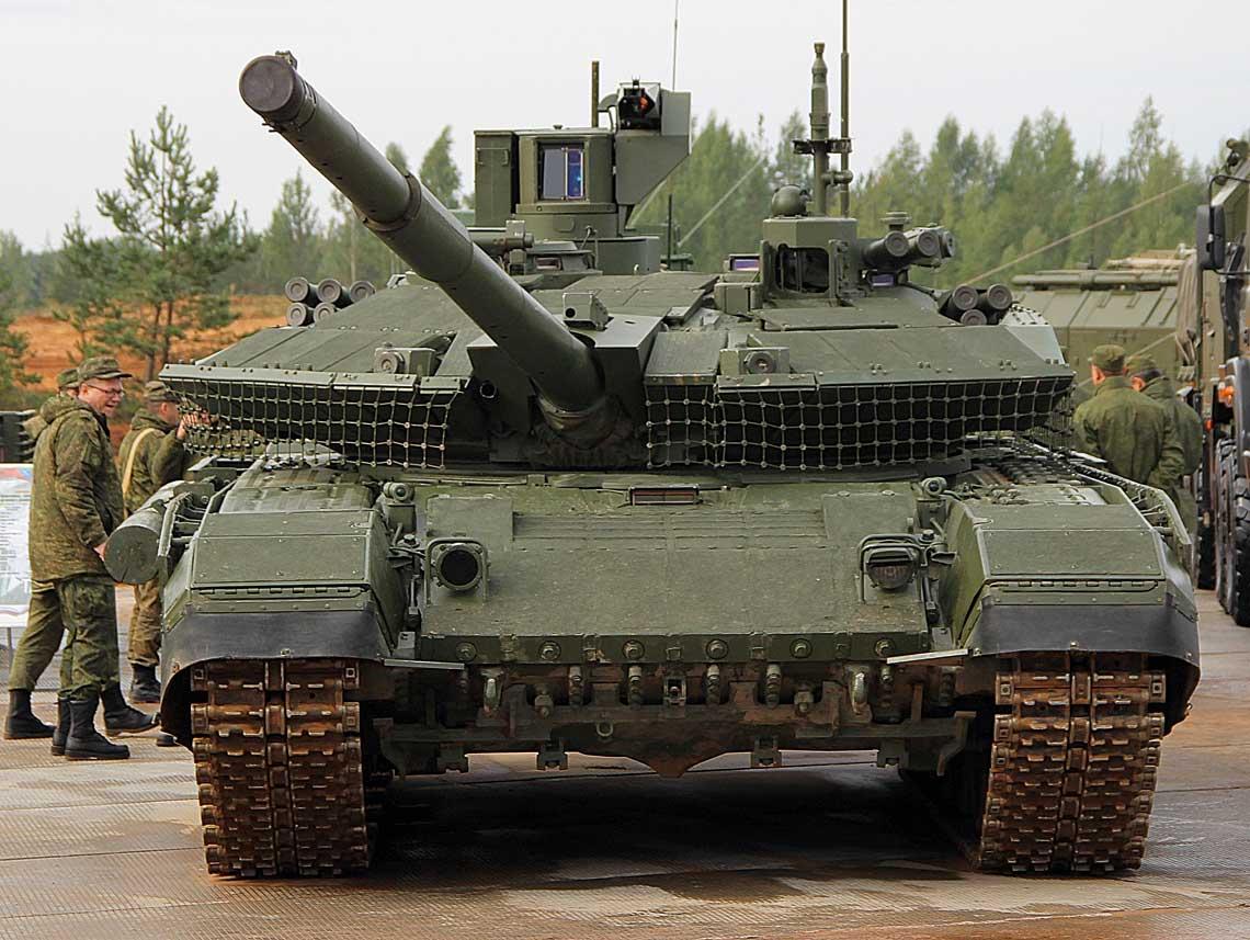 """Nowa odmiana """"dziewięćdziesiątki"""" – T-90M – od czoła prezentuje się bardzo efektownie. Dobrze widoczne moduły pancerza reaktywnego Rielikt i głowice przyrządów obserwacyjno-celowniczych systemu kierowania ogniem Kalina."""
