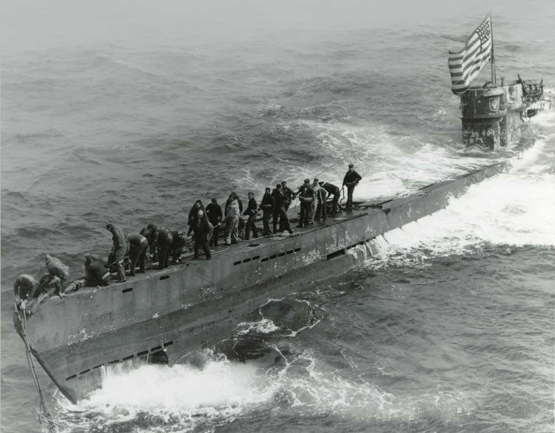 Złamać szyfry Enigmy cz.2. 4 czerwca 1944 r., U505 z grupą abordażową z niszczyciela eskortowego USS Pillsbury na pokładzie. Amerykanie zdobyli na tym U-Boocie aktualny komplet materiałów szyfrowych. Fot. National Archives