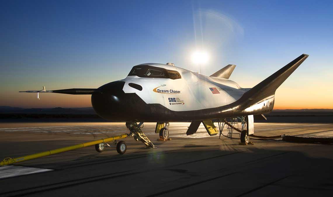Dream Chaser – załogowy wahadłowiec kosmiczny budowany przez amerykańskie prywatne przedsiębiorstwo Sierra Nevada Corporation. Na zdjęciu: egzemplarz testowy Dream Chaser.