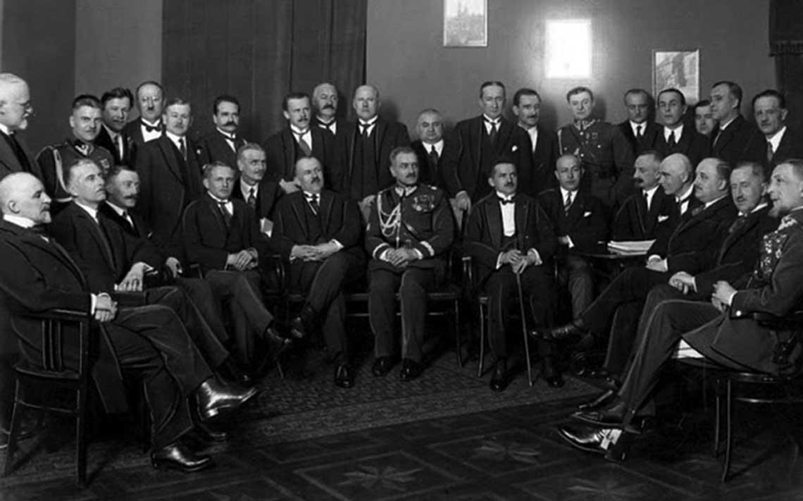 Sam Składkowski pomimo faktu, że nie należał do najbliższych współpracowników Piłsudskiego, pozostawał w ciągłym kontakcie z elitą obozu piłsudczykowskiego. Nie podejmował jednak decyzji o charakterze politycznym, będąc raczej sprawnym administratorem i energicznym wykonawcą decyzji sanacyjnego kierownictwa. W trakcie urlopów premiera Bartla i Świtalskiego pełnił jednak obowiązki szefa rządu.