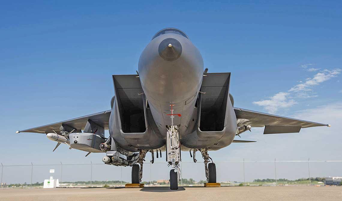 F-15E z pakietem eksportowego uzbrojenia ofensywnego, w tym z pociskiem manewrujacym Taurus KEPD350 podwieszonym na wewnetrznym wysiegniku podskrzydłowym. Zdjecie wykonano podczas prowadzonych przez Boeinga prac zwiazanych z integracją pocisku manewrujacego z południowokoreanskimi F-15K.