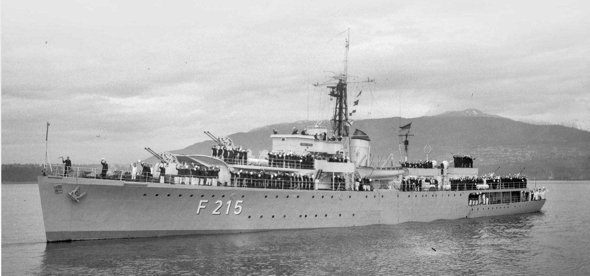 """Byłe brytyjskie okręty jako fregaty szkolne Bundesmarine """"zwiedziły kawałek świata"""". Na zdjęciu Graf Spee w Vancouver w 1963r. For Walter E. Frost/City of Vancouver Archives"""