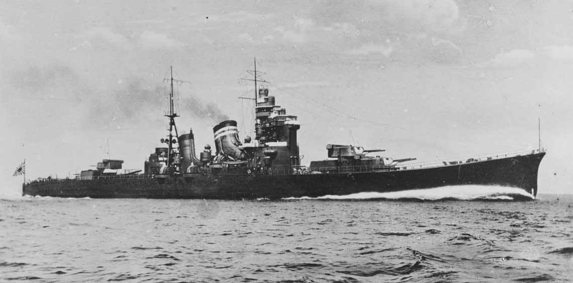 Krążownik Nachi, okręt flagowy wadm. Hosogayi, na zdjęciu przedwojennym. Była to jednostka typu Myōkō. Jej dane taktyczno-techniczne to: wyporność standardowa 13500 ts, wymiary 201,7 x 20,73 x 6,32m, uzbrojenie 10 armat kal. 203 mm, 8 armat uniwersalnych kal. 127 mm, 8 działek plot. kal. 25 mm, 4 nkm-y plot. kal. 13,2 mm, 16 wyrzutni torped kal. 610 mm, 3 wodnosamoloty, 2 katapulty, prędkość maksymalna 36w. Fot. NHHC
