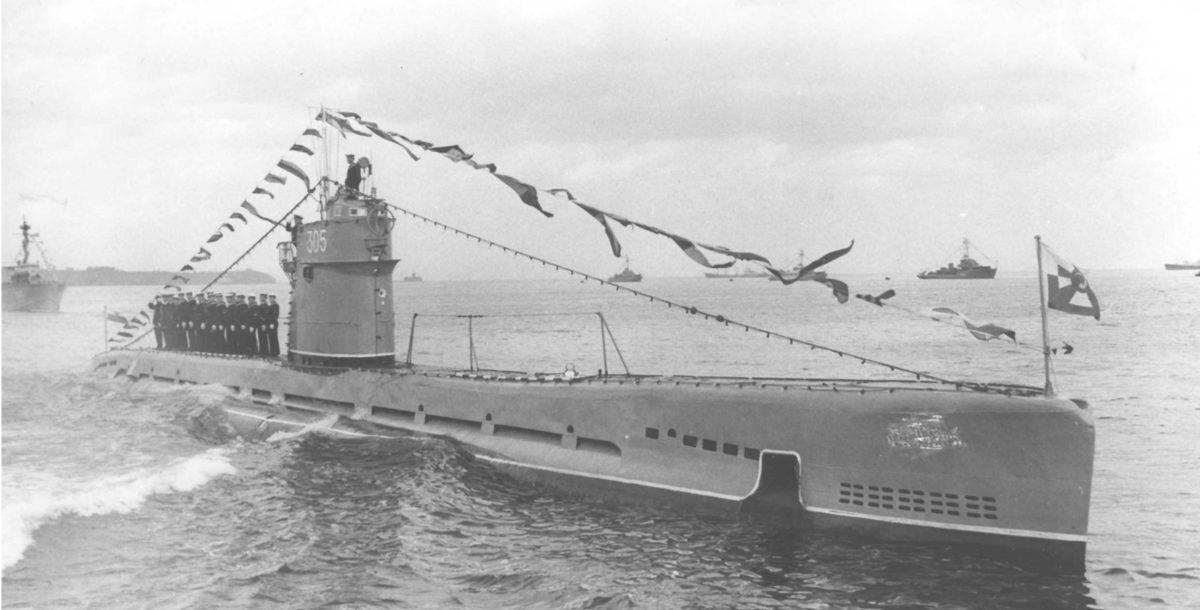 Kadr z parady morskiej 1965r. Skan zdjęcia przygotowanego w WAF do oficjalnych publikacji w prasie, stąd ocenzurowana nazwa na kadłubie okrętu podwodnego ORP Kujawiak.  Fot. WAF