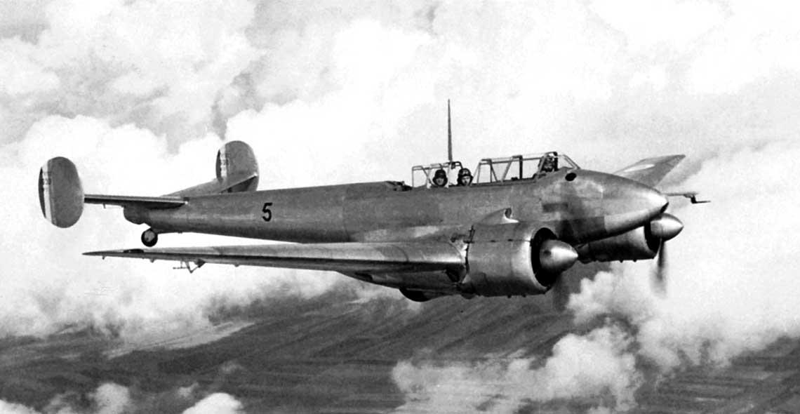 Samolot dowodzenia jednomiejscowymi mysliwcami w powietrzu Potez 630C3 w locie – dobrze widoczna 3-osobowa zaloga. Pierwsze takie maszyny wprowadzono do uzytku we wrzesniu 1938 r.