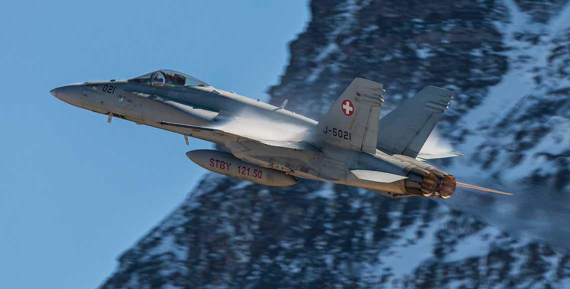 Szwajcarski Hornet podczas dynamicznego wyprowadzenia z ataku do celu naziemnego.