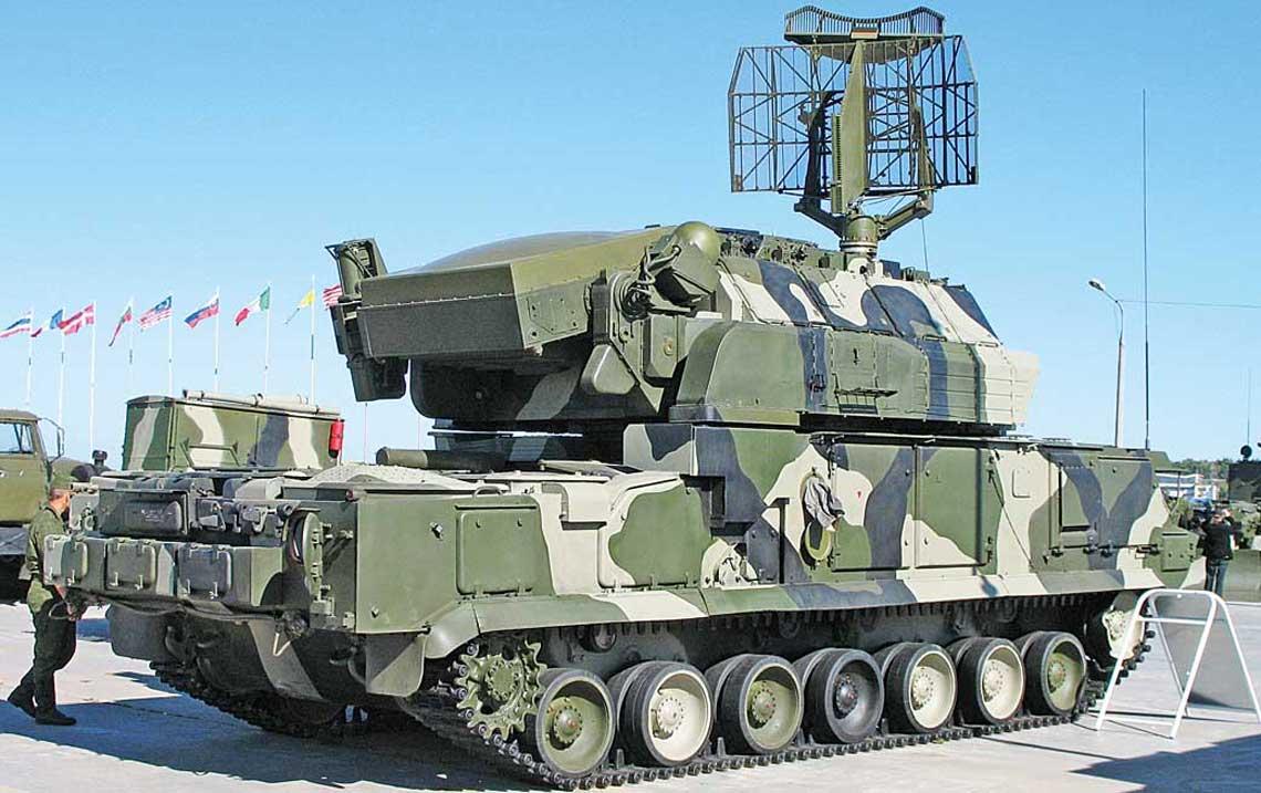 Tor-M1 na nosniku GM-5922, antena SOC gotowa do pracy, antena SN wpolozeniu marszowym