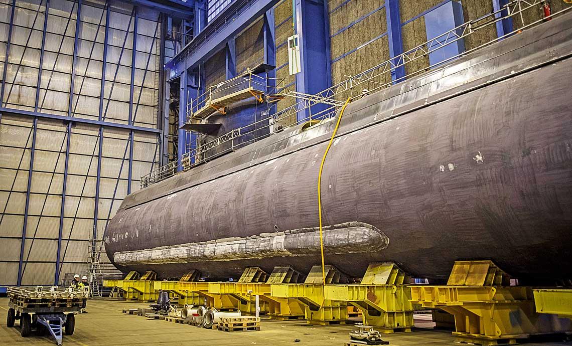 Uppland whali stoczni Saab Kockums wKarlskronie przygotowywany do remontu sredniego imodernizacji. Obecnie jego kadlub rozcieto, awe wnetrzu nastepuje wymiana wyposazenia. Szwedzi, wstosunku do konkurencji, maja na koncie najwiecej operacji tego typu. Od poprzedniego pokolenia ich okrety sa przygotowywane do ciecia już na etapie projektowania.
