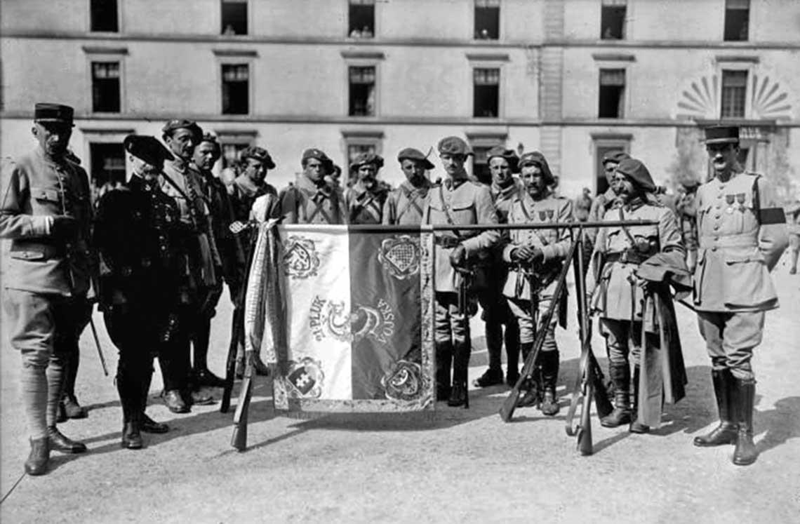 Przedwojenna Czechosłowacja. 14 lipca 1918 r.; Czesi i Słowacy w Reuilly prezentują sztandar 21. pułku. Do 1919 r. flaga Czech (i Czechosłowacji) była taka sama jak flaga Polski – biało-czerwona. Ze względu na kojarzenie się tych barw z Polską Czesi musieli zmienić swoją flagę na trójkolorową, stosowaną obecnie.