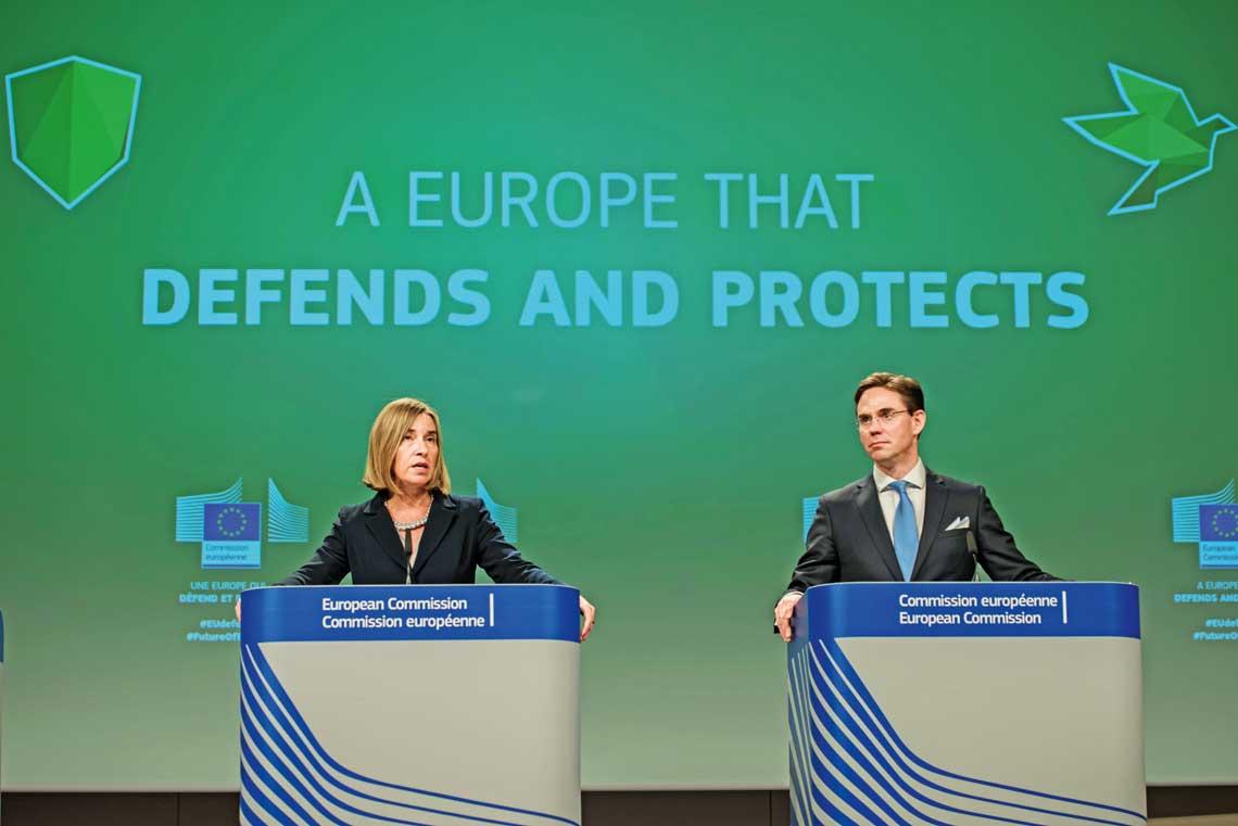 Wysoka Przedstawiciel Unii ds. Zagranicznych i Polityki Bezpieczenstwa Federica Mogherini i wiceprzewodniczacy Komisji Europejskiej Jyrki Katainen na konferencji prasowej 7czerwca 2017r. na temat propozycji utworzenia Europejskiego Funduszu Obronnego.