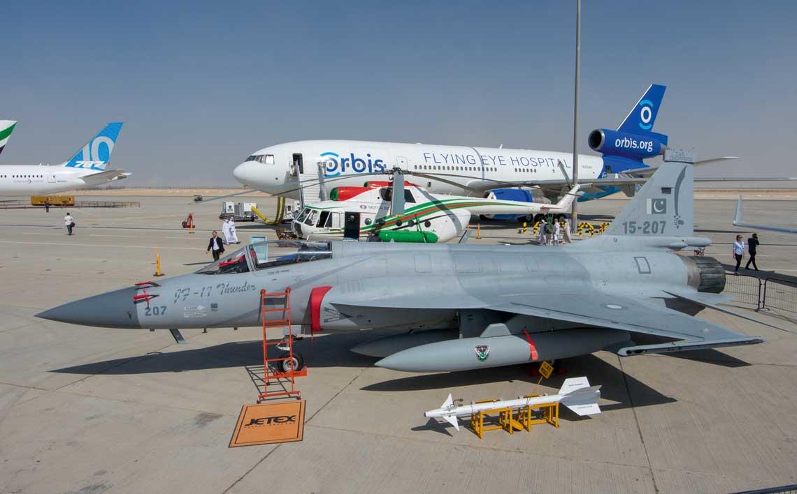 Chinsko-pakistanski JF-17 Thunder ma numer 15-207, co oznacza rok produkcji 2015, wersje Block 2 i siodmy samolot tej wersji. Za nim stoi smigłowiec Mi-8MSB zmodernizowany na Ukrainie, a jeszcze dalej McDonnell Douglas DC-10-30CF, wykorzystywany jako latajacy szpital okulistyczny.
