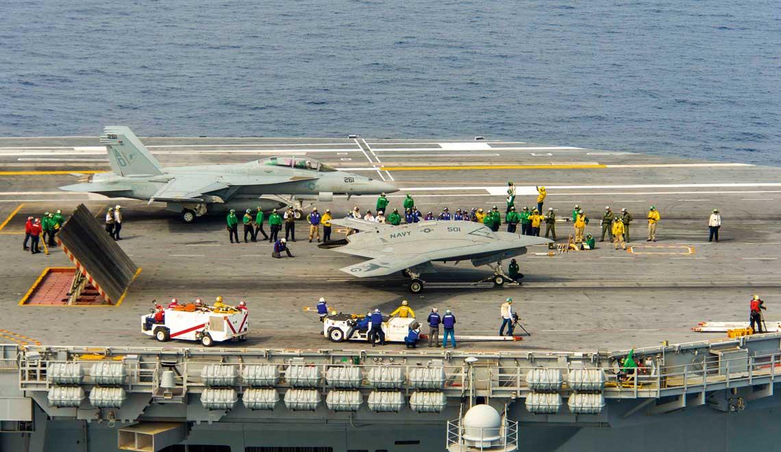 Kiedy MQ-25A wreszcie trafia do sluzby, beda najbardziej zaawansowanymi samolotami bezzalogowymi na swiecie. Przynajmniej wsrod tych, ktore nie sa tajne. Praktycznie wszystkie obecnie stosowane bezzalogowce sa zdalnie sterowane przez ludzi. MQ-25A maja reprezentowac kolejna generacje – autonomicznych samolotow bezzalogowych, pozostajacych jedynie pod ludzkim nadzorem. Fot. US Navy