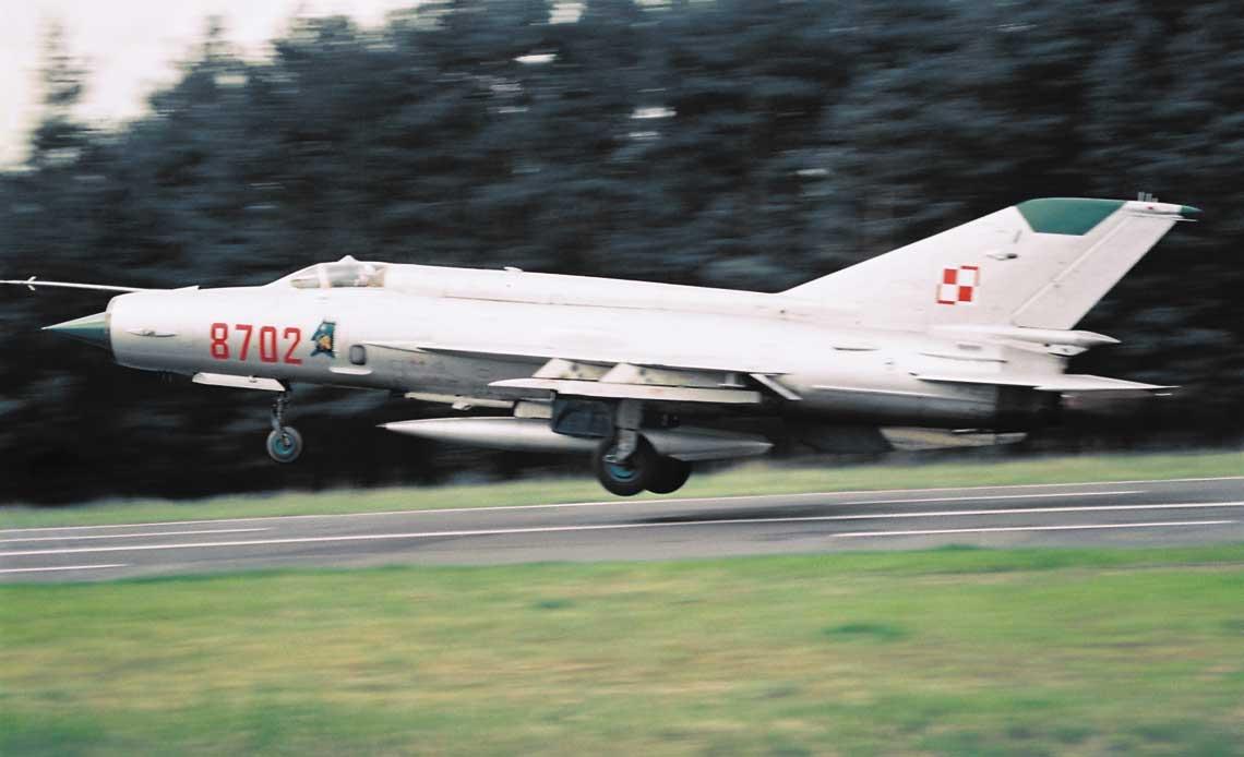MiG-21 byl najliczniej wystepujacym samolotem bojowym polskiego lotnictwa wojskowego w latach 70., 80. i 90. Na zdjeciu MiG-21MF w czasie cwiczen na drogowym odcinku lotniskowym. Fot. R. Rochowicz