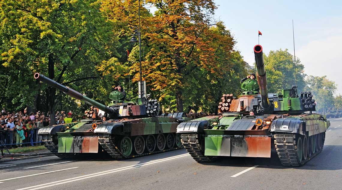 Czolgi podstawowe PT-91 Twardy wyposazone wgasienice iDST 840I podczas defilady zokazji Swieta Wojska Polskiego wWarszawie.