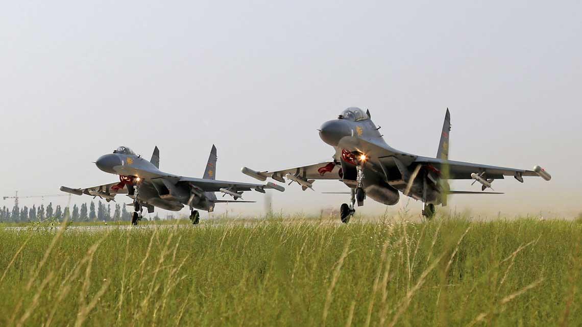W 1996 r. zostala podpisana rosyjska-chinska umowa na podstawie ktorej ChRL mogla wyprodukowac z licencji 200 samolotow mysliwskich Suchoj Su-27SK, ktore lokalnie oznaczono J-11.