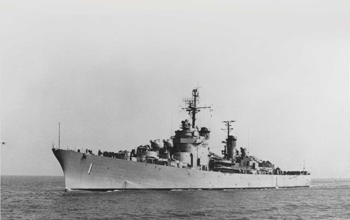 USS Norfolk w pierwotnej konfiguracji, miedzy innymi z otwartymi stanowiskami armat kal. 76mm.