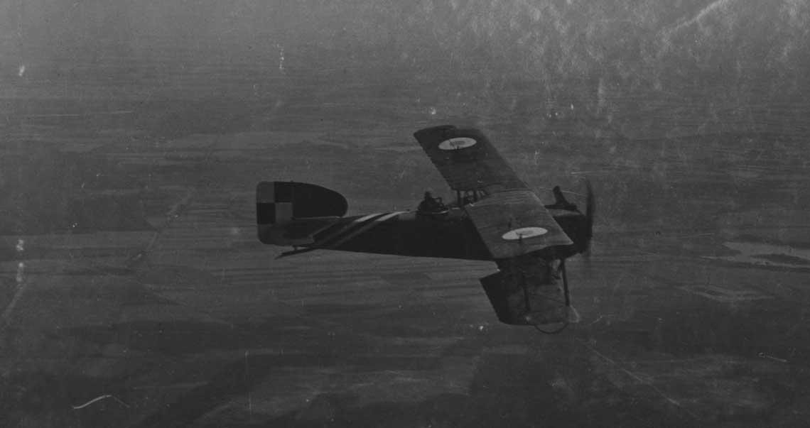 """Wywiadowczy Bréguet XIV w locie. W trakcie wyprawy kijowskiej w samoloty tego typu wyposazone były wszystkie trzy eskadry V. Grupy Lotniczej (pozniejszego V. Dywizjonu Lotniczego). Fot. ze zbiorow Cyfrowej Biblioteki Narodowej """"Polona""""."""