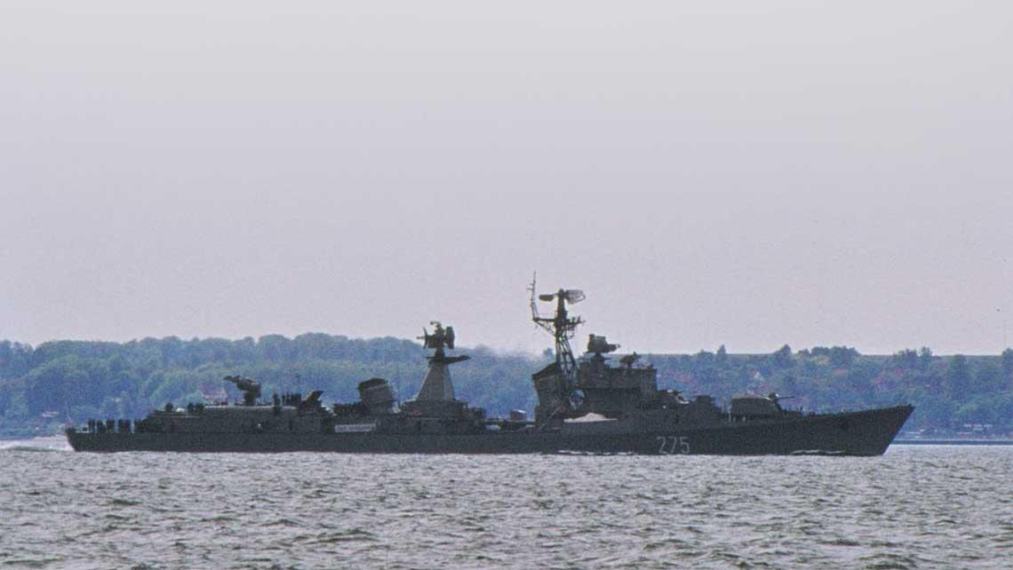 Symbolem pozycji naszej Marynarki Wojennej w silach UW na Bałtyku miało byc posiadanie jednostki klasy niszczyciel. Na zdjeciu ORP Warszawa projektu 56AE sfotografowany w Sundzie w drodze na Morze Polnocne.