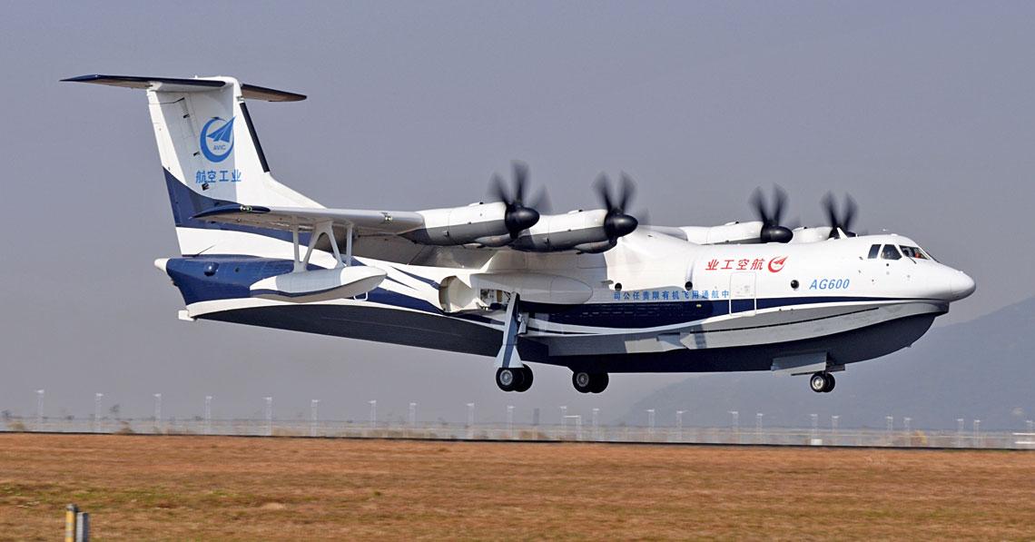 Prototyp lodzi latajacej AG-600 podchodzi do ladowania.