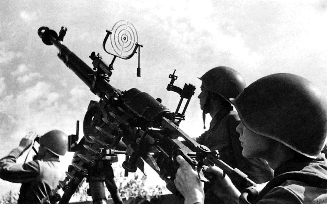Obsluga przeciwlotniczego karabinu maszynowego DSzK kalibru 12,7 mm przygotowuje sie do odparcia nalotu.