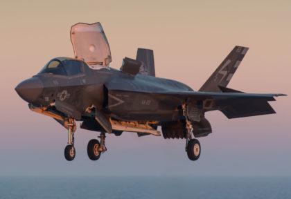 Wielozadaniowy samolot mysliwski F-35 Lightning II to najwiekszy, najdrozszy i najwazniejszy sposrod realizowanych obecnie programow koncernu Lockheed Martin.