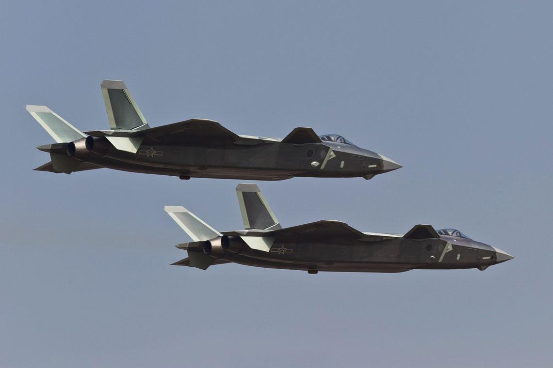 J-20, bedac samolotem ery informacyjnej, nie powinien byc rozpatrywany jako samodzielny typ sprzetu bojowego, lecz jako element szerszego systemu, o (lacznie) wysokich mozliwosciach bojowych.