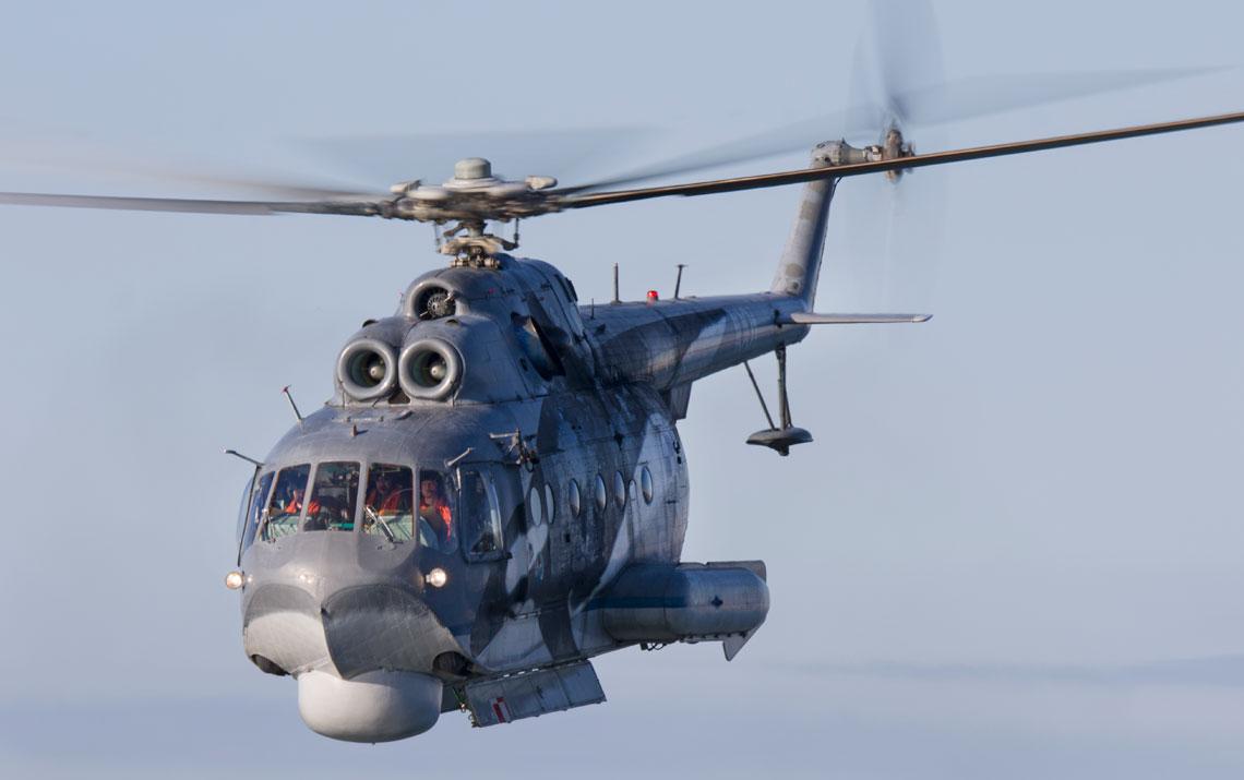 Mi-14PL nr A-1001, Darlowo, 21 czerwca 2016 r. – smiglowiec podczas lotu nad morzem na zwalczanie okretow podwodnych. Dobrze widoczne sa otwarte drzwi komory bombowej.