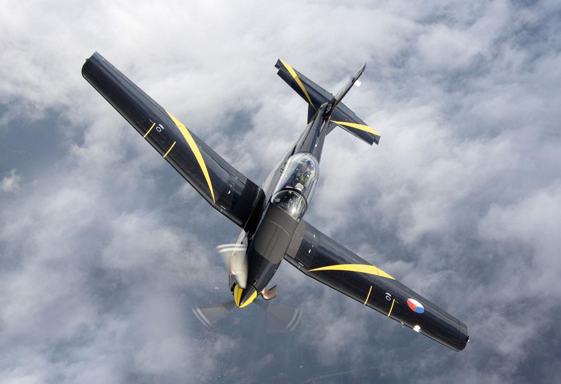 Szkolny samolot turbosmiglowy PC-7 jest uzywany przez 131. Dywizjon Podstawowego Szkolenia Lotniczego do prowadzenia Podstawowego Kursu Lotniczo-Wojskowego. Fot. RNLAF/MCD